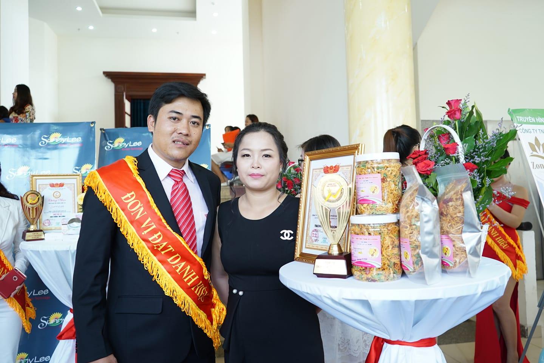 CEO Lê Thị Hương cùng chồng nhận giải thưởng cho thương hiệu khô gà Hiếu Hương