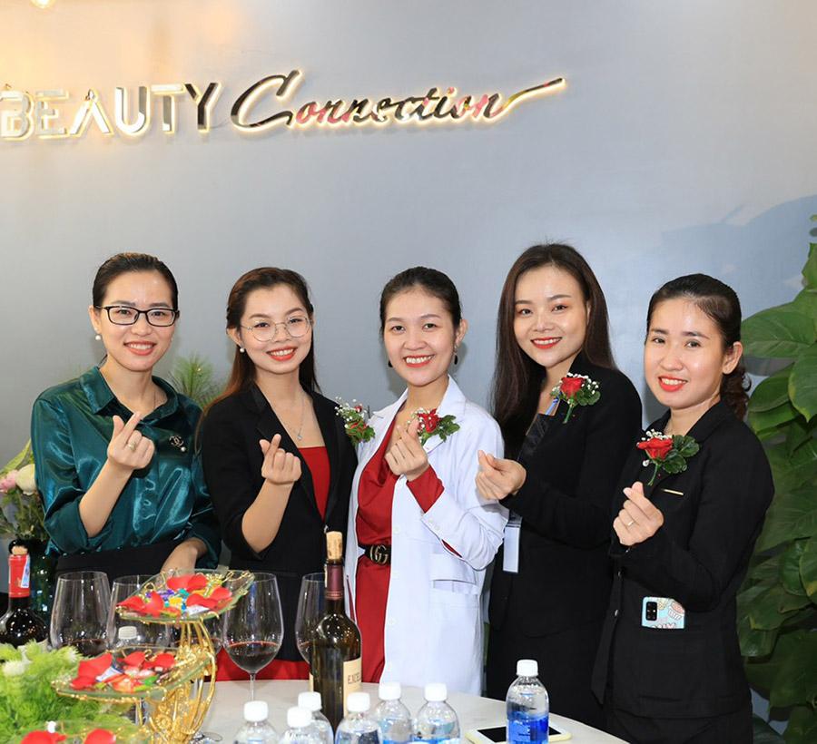 Master thẩm mỹ Quỳnh Thy (giữa) - Nữ giảng viên của học viện thẩm mỹ Spady Academy