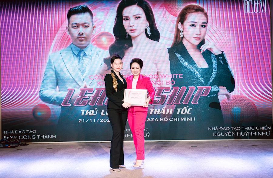 Hình ảnh Chị Phạm Giang cùng với nữ ca sĩ Thu Thuỷ là người sáng lập thương hiệu mỹ phẩm Too White