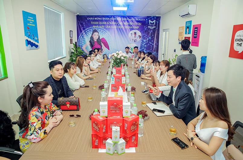 Minh Lady Beauty đã cùng các vị lãnh đạo, cán bộ chia sẻ về quá trình tạo nên sản phẩm