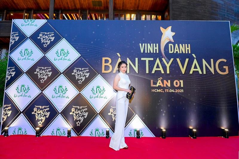Hồ Thị Hoa đại diện cho thẩm mỹ viện Hoa Spa tham dự sự kiện Bàn tay vàng