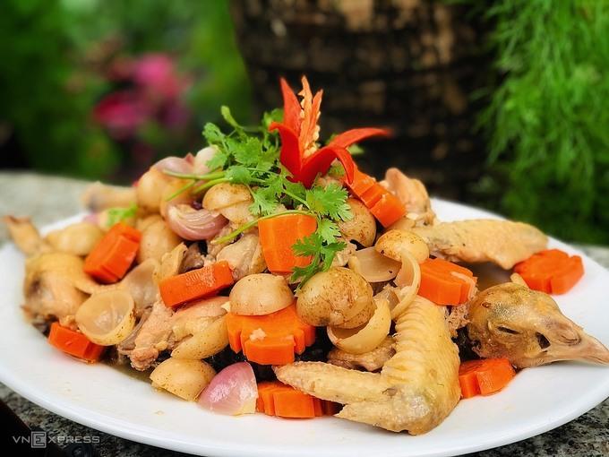 Món gà om dâu Hạ Châu được trang trí thêm rau thơm. Ảnh: Thanh Hằng
