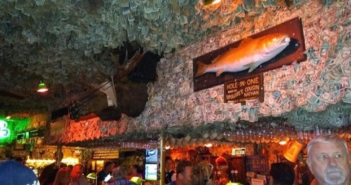 Quán bar phủ kín tiền trên trần nhà