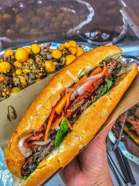 Thưởng thức bánh mì siêu ngon tại Mr Gà Nha Trang
