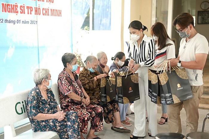 Doanh nhân Nguyễn Hồng Hạnh trong một chuyến đi thiện nguyện